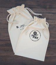 Bavlnené vrecká Standard gramáže 145 g/m2, šnúrky hrúbky 5 mm, potlač Pantone sieťotlačou vodou riediteľnou eko farbou